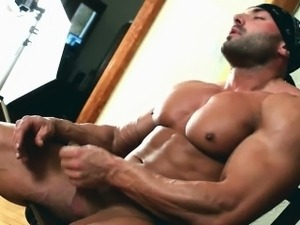 Beafed muscle stud jerking off part1