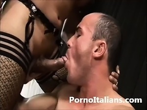 Transex asiatica fa pompino a maschio dotato - Asian Shemale does blowjob to...