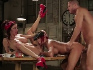 Tattooed gothic babe gets pussylicked in threesome