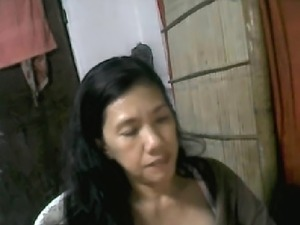 49 YEAR OLD FILIPINA MOM DAHLIE E SHOWS BOOBS ON CAM