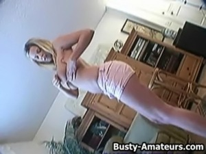 Busty Lisa Neils playing her pussy with her fingers free