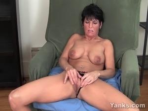 Short haired milf Kassandra masturbating her pink pussy