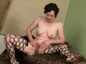 Mom gives her hairy pussy a treat