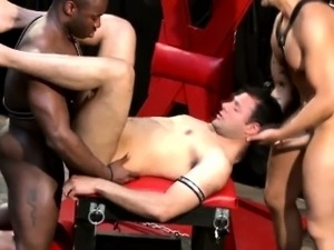 Interacial gaysex hunks in threesome
