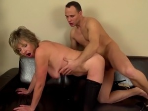 Mature sex bomb mom suck and fuck young boy